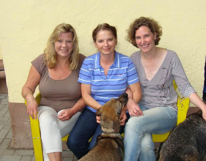Dr. Gudrun Pyka (1. Vorsitzende, mitte) - Stefanie Rohrhirsch (2. Vorsitzende, rechts) - Verena Wagner (Kassenwart, links))